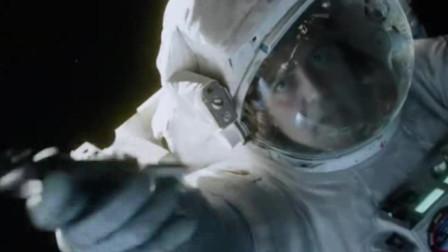 地心引力:女宇航员任务失手,飘向太空,得队友相助重获新生 (2)