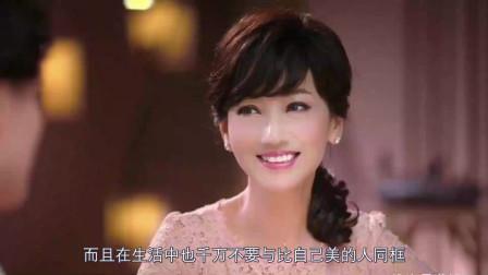 赵雅芝身穿抹胸红裙现身,岂料被身旁助理直接抢镜!网友:太尴尬