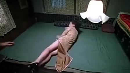 看着老婆被日军欺负,默不作声,这男子真是毫无人性!