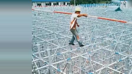 工地架子工,在高空中行走如履平地,这技术太牛