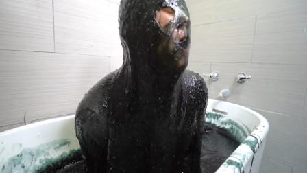小伙痴迷毒液,制作一浴缸毒液,企图与毒液融合!