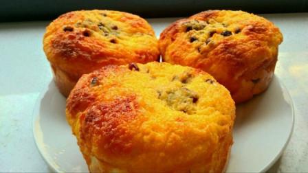 椰蓉面包做法:金黄透亮的椰奶酱包裹着层层的红豆咬上一口让人难以忘怀奶香浓郁的美味!