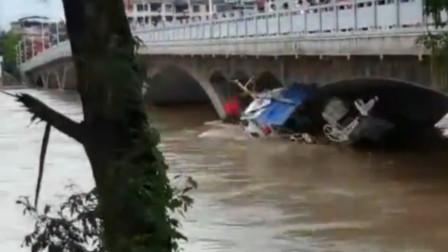 洪峰来临船支被冲入江中 猛撞桥墩支离破碎