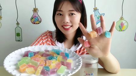 """妹子拆箱吃""""琥珀糖"""",五颜六色似宝石,外脆内软超甜蜜"""