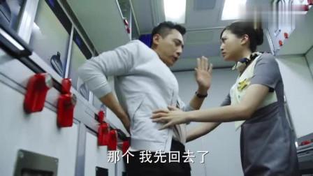 机长和美女老师同坐飞机,不料偶遇空姐前女友,机长的反应亮了