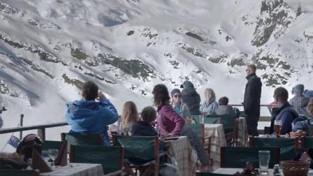 轰隆声意味着雪崩就要来,可游客却拿出手机拍照,命嫌不够大!