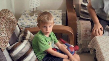 老夫妻回家看见有个洋孩子,怎料竟是自己亲孙子,傻眼了!