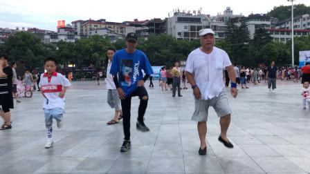男神老大爷带小伙子们一起跳齐舞 这个舞蹈太厉害了!