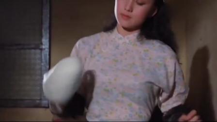 """别人煎饼都是手臂甩力,美女却是""""胸""""发力!"""
