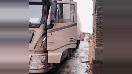 年轻的货车女司机,技术一流!你猜她能一把倒进去吗?