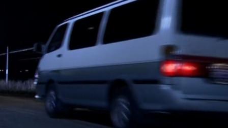 """夜黑风高,一辆面包车停在阿喜身边,""""小子,吃糖吗?"""""""