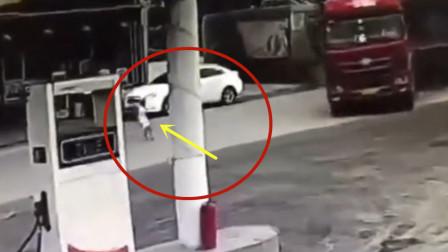 孩子突然横穿马路,货车司机神反应救下他的命!太惊险了