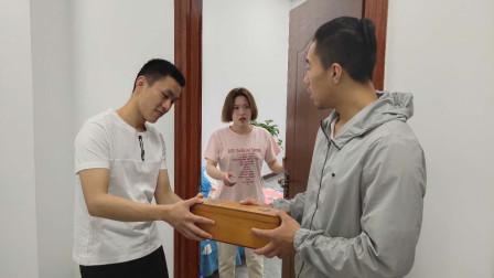 女子出差后,丈夫去给领导送礼,看到卧室走出来的人丈夫懵了