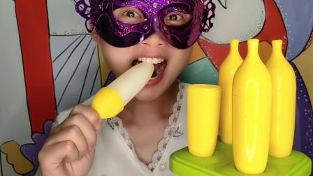 """吃货妹子吃""""香蕉巧克力"""",鲜黄果皮白果肉,薄脆香甜好美味"""