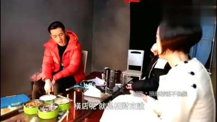 鲁豫有约 鲁豫采访胡歌拍摄现场, 吃饭用的茶几, 还是临时打造的