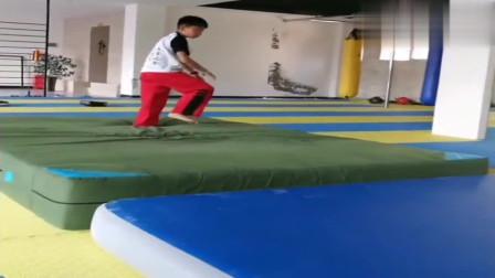 跆拳道的基本功,后空翻的日常练习,孩子们都好厉害,很优秀!