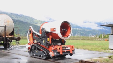 国外多功能工程车,能灭火能洒水还能除雪,比普通清扫车强十倍!