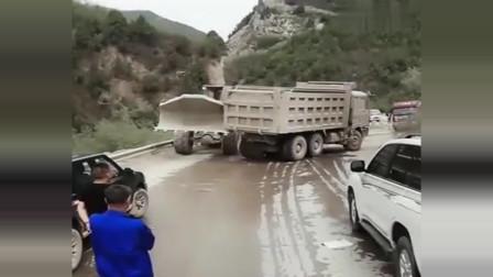 挡谁的路也别挡他们的,这下尝到厉害了吧!