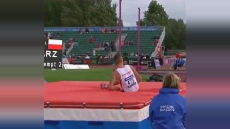 国外运动员,单腿跳高,竟完美越过栏杆,这才是战士!