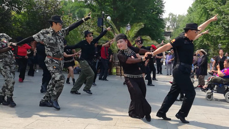小精灵戈芳老师和众舞友齐跳水兵舞《第二套》音乐好听舞步专业