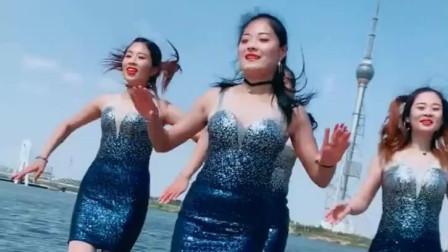 美女穿抹胸短裙跳广场舞,舞姿性感妖娆,像极了美人鱼