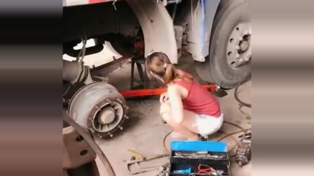 货车女司机:货车半路坏了,女司机看到后,蹲在地上都要哭了