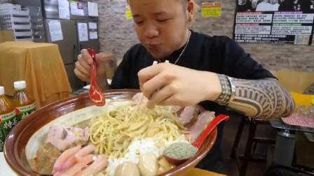 吃播:大胃王小哥独自吃5斤牛肉拉面,大口吃的真香!