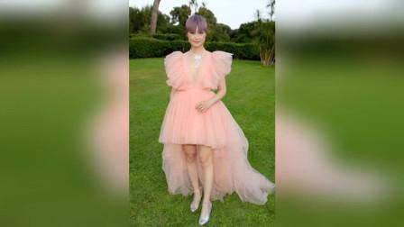 李宇春出席戛纳,不走中性风,穿着一袭橘粉色长裙,少女感爆棚!