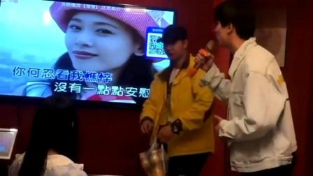小伙KTV唱歌,没想到被外卖小哥抢了风头,真尴尬!