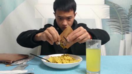 小哥哥试吃18军粮咖喱鸡丁炒饭,这味道竟格外美味!