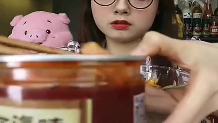 戴眼镜的阿尤小姐姐吃美食,用勺子吃,感觉好好吃!