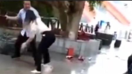 丈夫法院门口殴打妻子 为躲避妻子竟跳河
