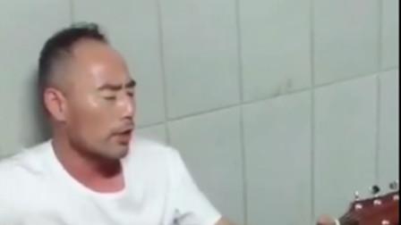 """旭日阳刚王旭地下通道卖艺 手拿木吉他唱着""""我很累"""