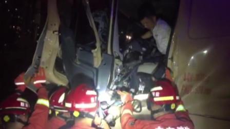 俩泥头车相撞司机受伤被卡 消防赶到救出