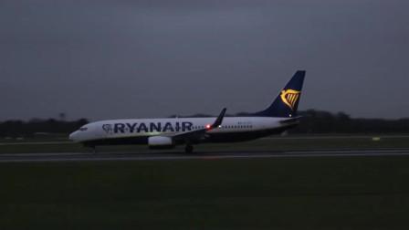 瑞安航空波音737客机清晨时分起飞,航空爱好者拍摄