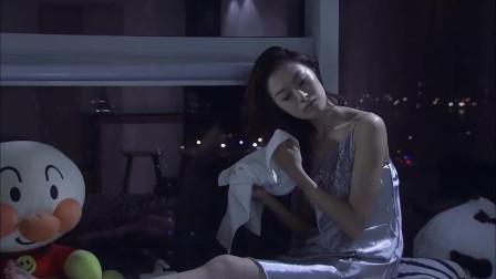 美女洗完澡一个人不想出去,放肆地在家玩耍,一点都不怕有人偷看