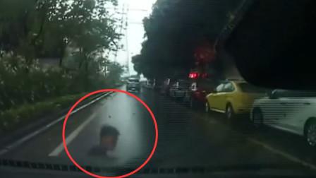 用生命碰瓷!男子突然冲入车流倒地吓坏司机