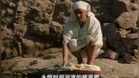 男子将刚出生的婴儿放进尼罗河中,祈求河神大蛇的保佑,幸运的是他愿望实现了