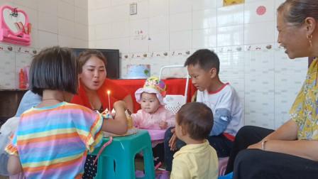 宝宝1周岁生日,叫上邻居留守儿童一起庆祝,6个小孩坐一圈吃蛋糕