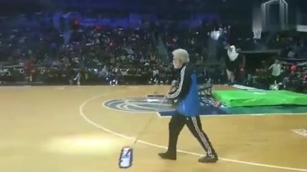 篮球高手冒充清洁工去扣篮大赛, 扫地被嫌弃, 一个扣篮大逆转