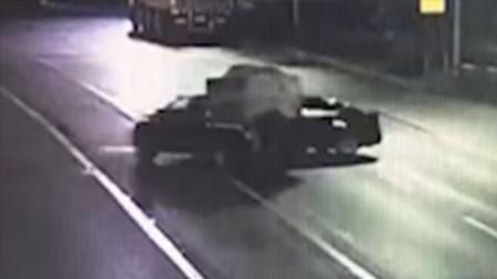 【重庆】监拍:轿车左转未仔细观察与皮卡车相撞