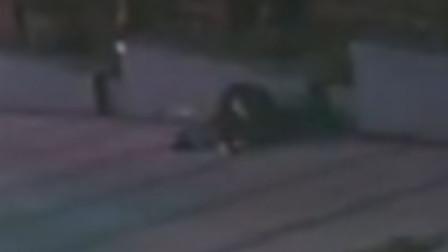 【重庆】酒后驾车停在小区门口 男子下车后醉卧路边