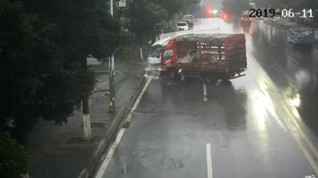 【重庆】两货车路上迎头相撞 司机受伤被困驾驶室