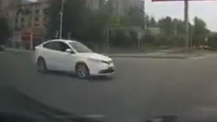 【重庆】男子驾车通过路口未让行 致两车相撞驾驶员受伤