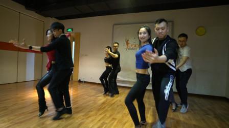 跳舞的人身体和心态都比较强大,因为体能及气质都得到很好的锻炼