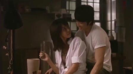 人鬼情未了:男子抱着女友谈笑风生,美女一回头,两人情不自禁的亲吻!