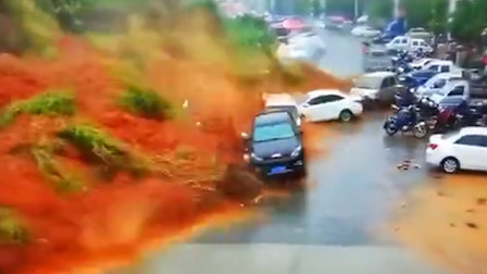 可怕!福建龙岩连续暴雨致山体滑坡 掀翻两排车