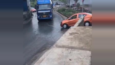 货车女司机:轿车堵了大货车的路,霸气女司机上车就是一脚油门,下一秒悲剧了
