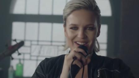 Anne现场版《Rockabye》,霸榜英国榜九周之久,听前奏就沦陷了