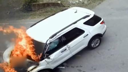 男子开车时狂打喷嚏导致翻车 被路人救出后车辆自燃